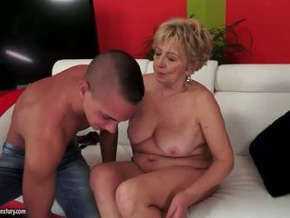 Krūtinga apkūnu grandmas seksas rinkinys