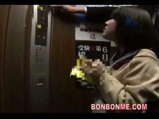 Nhật bản nư sinh blowjob và fucked lược qua giáo viên trong elevato