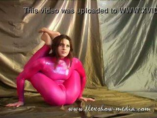 Contortionist marina twists haar lichaam in een sexy rubber bodysuit