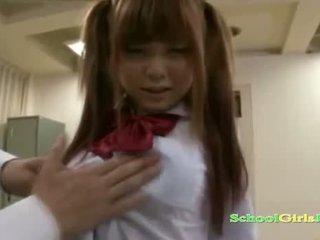 Nư sinh getting cô ấy âm hộ và nhỏ tits rubbed với con gà trống sự nịnh hót guy trong các classroo