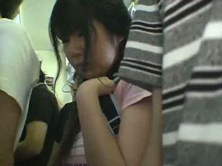 חצאית מיני תלמידת בית ספר מגוששת ב רכבת
