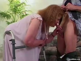 Oma loses haar gebit terwijl zuigen