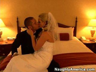 Blondine bruid in blank gown undresses en fucks op bed