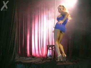 Cô gái tóc vàng solo dance