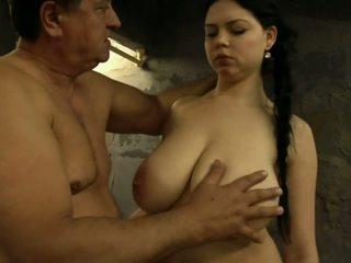 Meisje met reus tieten bij de gevangenis.