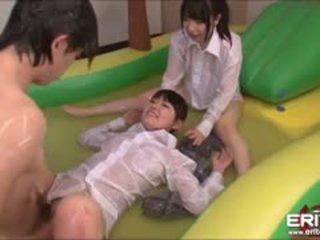 Luscious japānieši tīņi veikt turns fucked uz piepūšamie basejns