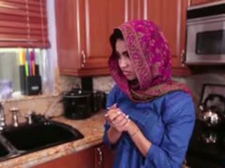 Arab tinedyer ada gets a warm puke cream