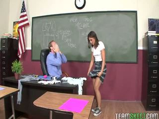 Mischa brooks banged binnenin de klas