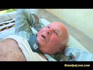 Blondine babe neuken an oud guy