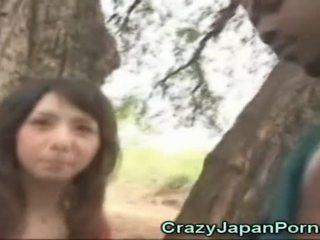 Asiatisk cutie sucks an afrikansk!