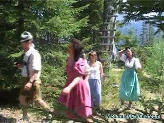Foresters och lätt dolls having imbecilic lag porr inuti öppen luft