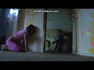 Sieviete noķerti un fucked uz an abandoned māja